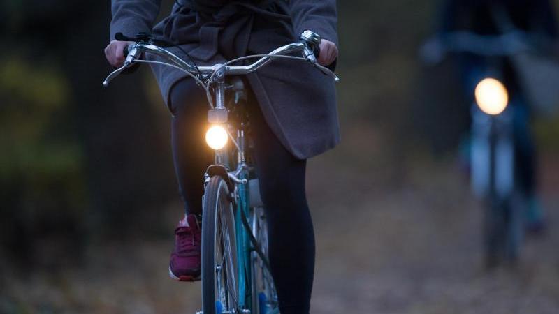 Mit dem Herbst kommt die Dunkelheit:Wer keine Lichtanlage am Rad hat, sollte nachrüsten - oder sich Akku-Leuchten besorgen. Foto: Tobias Hase