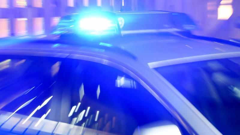 Streifenwagen der Polizei mit eingeschaltetem Blaulicht.