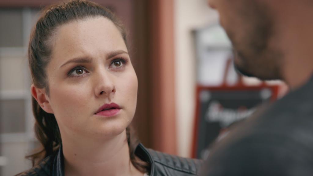 Unter uns: Saskia schaut Jakob enttäuscht an.