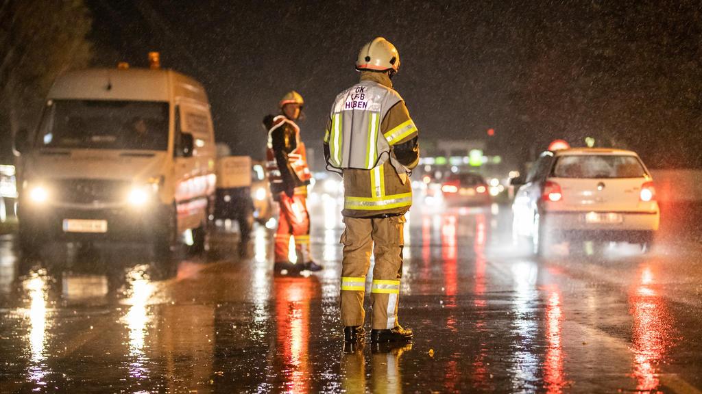 29.10.2018, Österreich, Huben: Nach einem Murenabgang wird eine Straße bei Huben gesperrt. ein Föhnsturm und heftige Regenfälle haben in Österreich zu erheblichen Problemen geführt. Foto: Expa/Johann Groder/APA/dpa +++ dpa-Bildfunk +++
