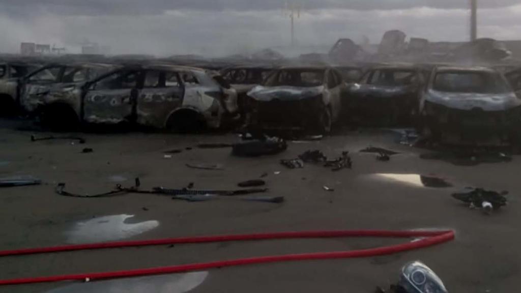 30.10.2018, Italien, Savona: Einige Hundert Autos - die meisten der Luxusmarke Maserati - stehen ausgebrannt im Hafen auf dem Auto-Terminal. Nach einem Kurzschluss in zwei Lagerhallen war Feuer ausgebrochen. In weiten Teilen wüteten schwere Unwetter.