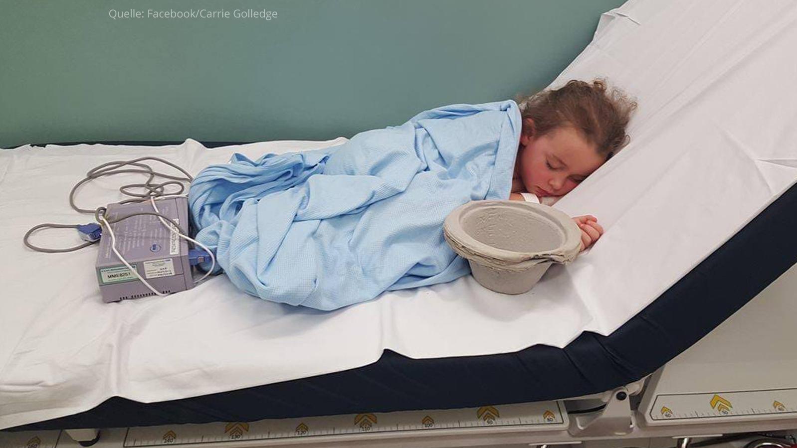 Auf der großen Krankenhausliege wirkt Sophia wie verloren.