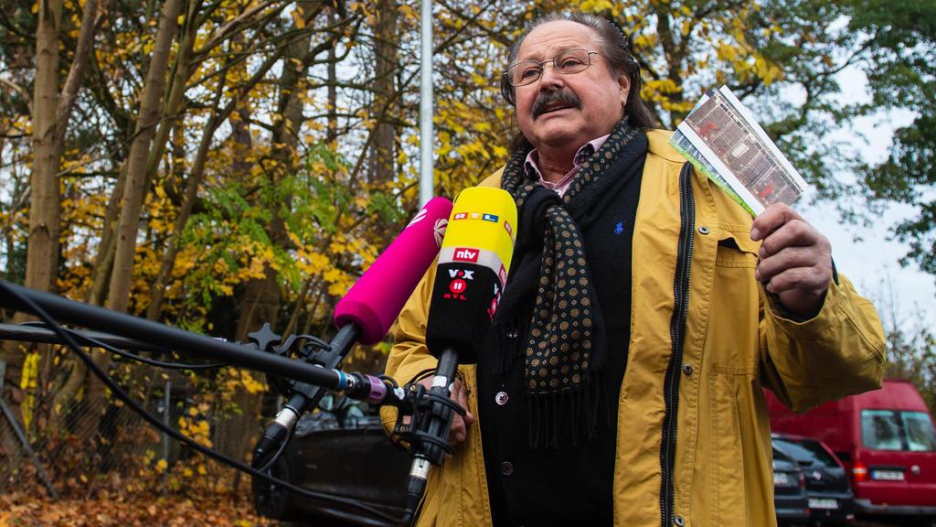 iedersachsen, Lüneburg: Klaus Köhler, Zirkusdirektor, gibt vor dem Oberverwaltungsgericht Lüneburg ein Interview.