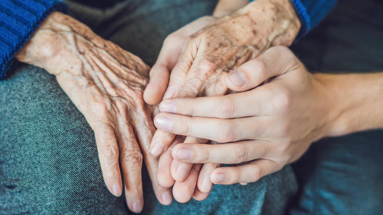 Pflegende Angehörige sind laut Barmer-Pflegereport 2018 oft überfordert und selbst krank.