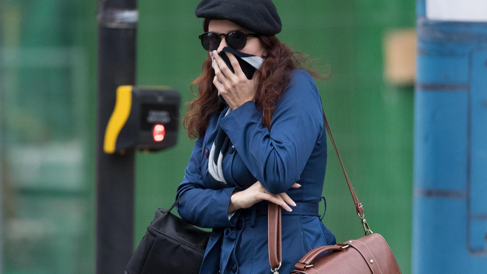 """Claudia Patatas verlässt das Birmingham Crown Gerichtsgebäude. Patatas und ihr Partner Adam Thomas sind angeklagt, Mitglieder der verbotenen rechtsextremen Gruppierung """"National Action"""" zu sein."""