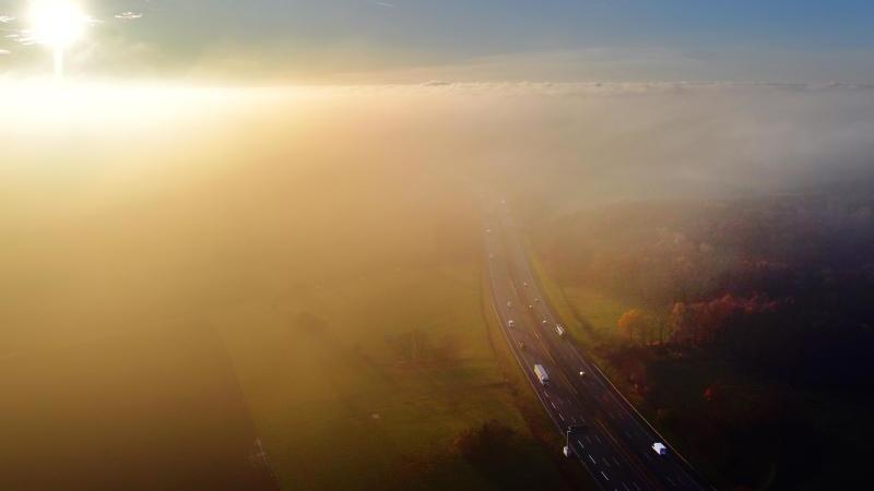 Nebel und überfrierende Nässe kann am Wochenende den Verkehr auf den Autobahnen verzögern. Foto: Martin Schutt
