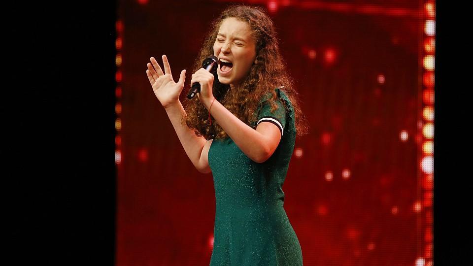 Emmie Lee mit mit ihrem Lied Mobbingopfern helfen.