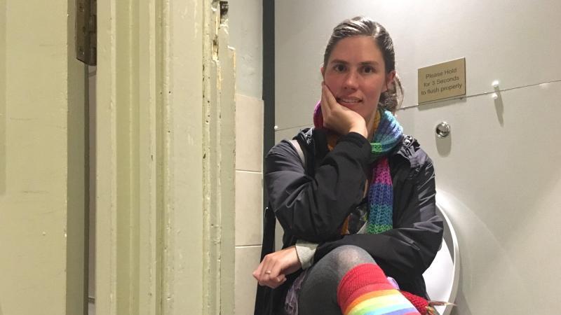 Immer weniger öffentliche Toiletten: Als die US-Amerikanerin Rachel nach London zog, fand sie kaum ein kostenloses Klo in der Stadt. Seitdem bietet sie Führungen zu stillen Örtchen an. Foto: Cornelia Neumeyer