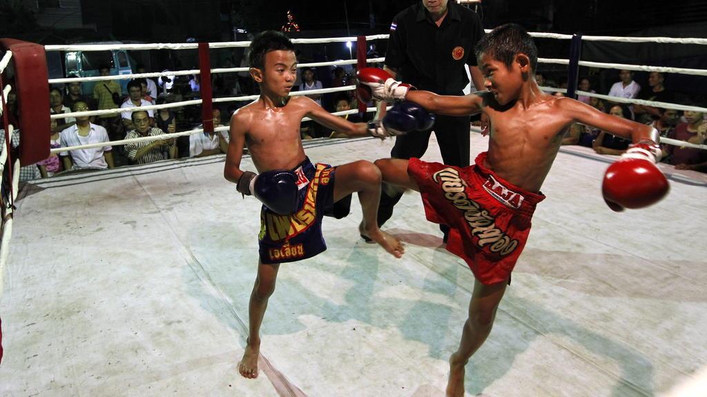 Muay Thai Kampf zwischen zwei Jugendlichen