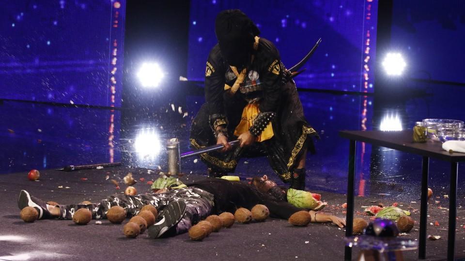 Kawaljit (oben) und Karamjit Singh aus Indien präsentieren eine Martial Arts-Performance.