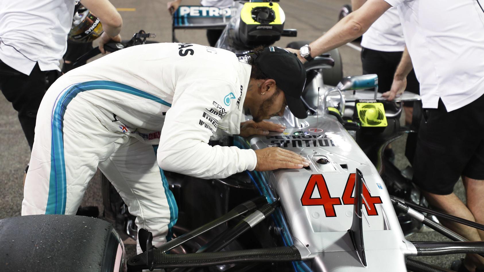 """""""Ich stehe diesem Auto wirklich nahe."""" - Lewis Hamilton herzt nach dem Qualifying seinen Silberpfeil"""