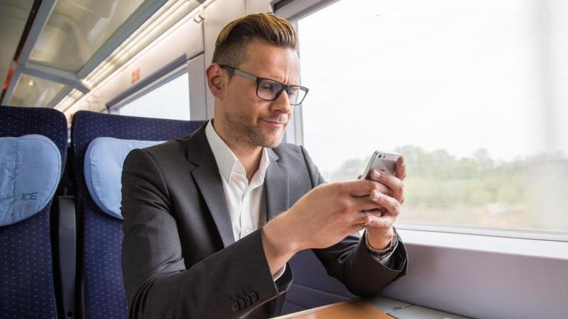 """Nachholbedarf gibt es laut """"Chip"""" bei den Mobilfunknetzen teils nicht nur in ländlichen Gebieten, sondern insbesondere entlang der Fernzug-Trassen. Foto: Christin Klose/dpa-tmn"""