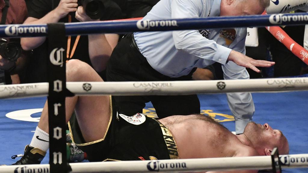 dpatopbilder - 01.12.2018, USA, Los Angeles: Boxen: Profis - WBC-WM Schwergewicht Wilder (USA) - Fury (Großbritannien) im Staples Center. Tyson Fury liegt in der zwölften Runde niedergeschlagen am Boden während der Ringrichter ihn anzählt. Foto: Gene
