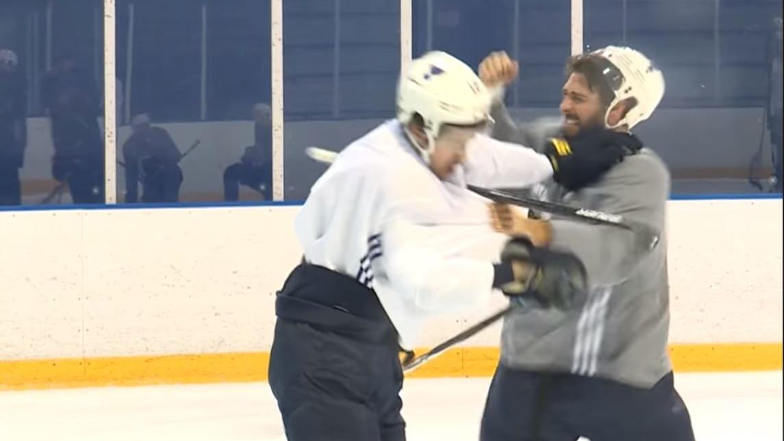 Die Eishockey-Spieler Robert Bortuzzo und Zach Sanford vom NHL-Club St. Louis Blues gehen aufeinander los.