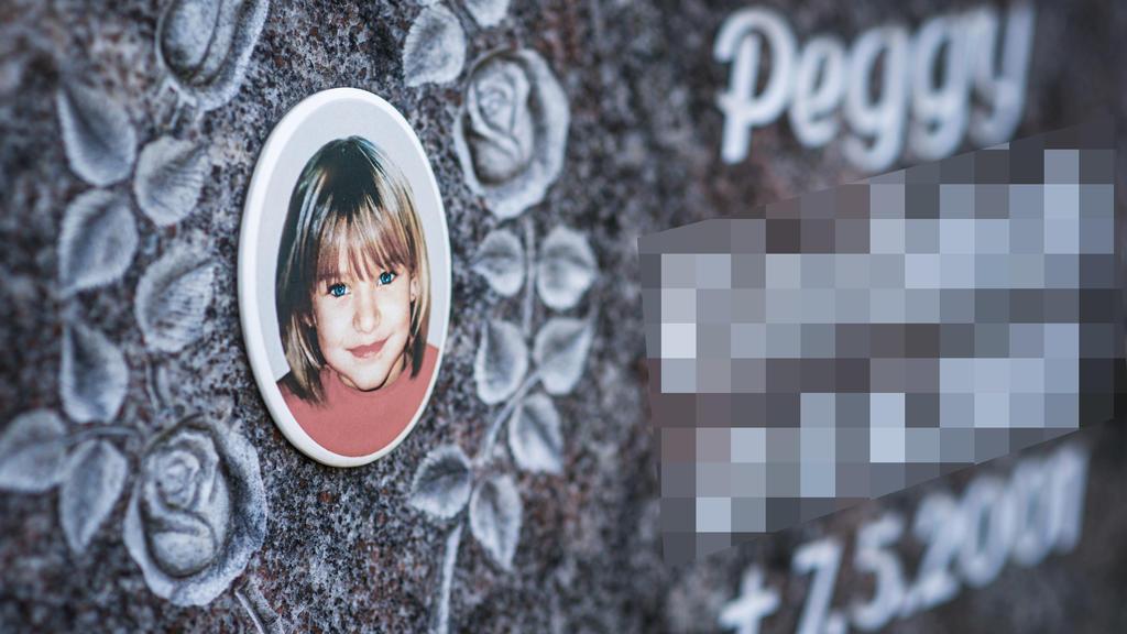 ARCHIV - 25.04.2013, Bayern, Nordhalben: Ein Gedenkstein mit dem Porträt des Mädchens Peggy auf dem Friedhof in Nordhalben (Bayern), aufgenommen am 25.04.2013. Das neunjährige Mädchen Peggy aus Lichtenberg (Oberfranken) war 2001 verschwunden. (zu dpa