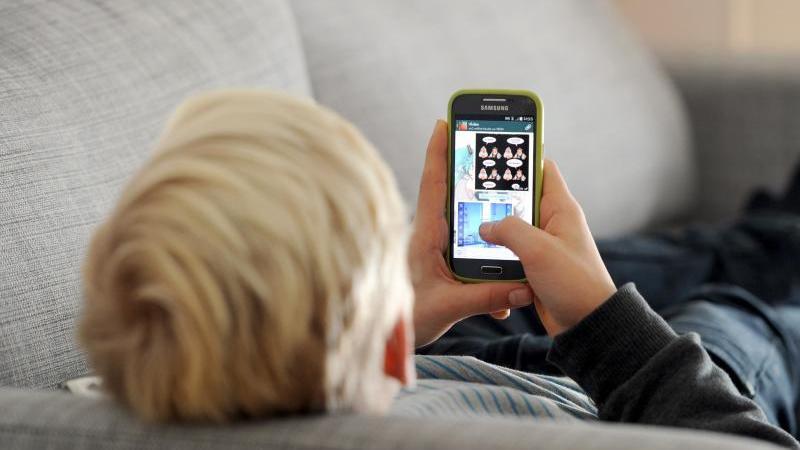 Durch die Nutzung des Samrtphones steigt das Risiko für eine Online-Sucht. Betroffen sind vor allem Jüngere. Foto: Tobias Hase