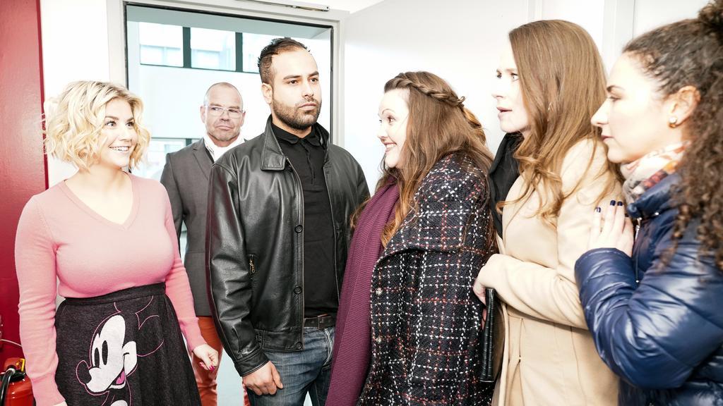 Die Freundinnen Nadine (Sarah Victoria Schalow), Heike (Katrin Höft)  und Kaya (Shirin Soraya) treffen Schlagersängerin Beatrice Egli (l.).