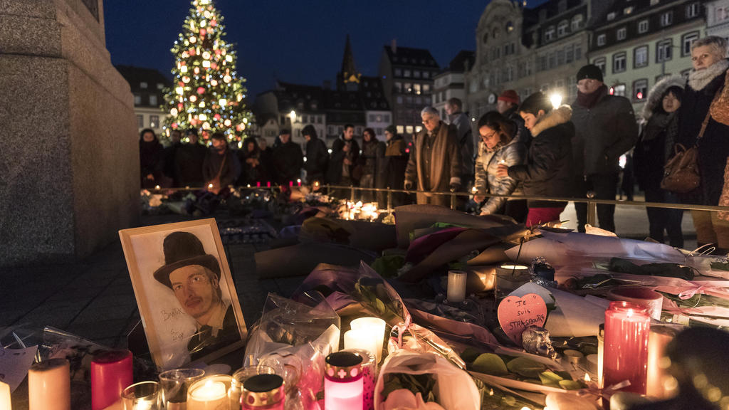 15.12.2018, Frankreich, Straßburg: Trauernde stellen Kerzen auf, um den Opfern des Anschlags auf dem Weihnachtsmarkt zu gedenken. Ein Attentäter hatte am 11.12.2018 in der Straßburger Innenstadt das Feuer eröffnet. Drei Menschen wurden getötet, zahlr