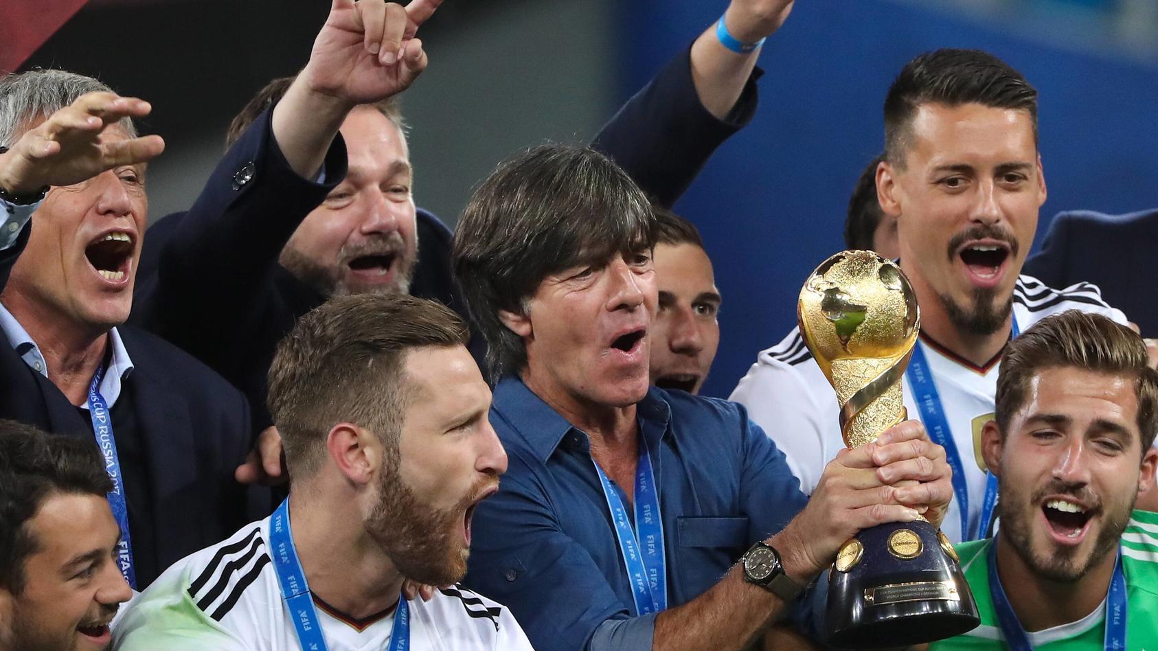 Da ist das Ding: Joachim Löw feiert mit der Mannschaft den Triumph im Confed Cup