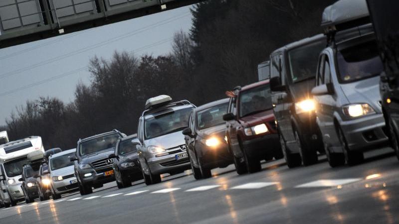 Rund um Weihnachten wird es voll auf den deutschen Autobahnen. Mit viel Verkehr ist auch auf den Alpenrouten in Österreich und in der Schweiz zu rechnen. Foto: Tobias Hase/Archiv