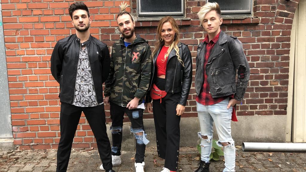 Die Bandmitglieder zusammen mit Schauspielerin Yvonne Pferrer.