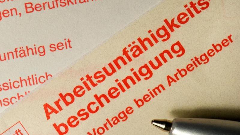 Eine klassische Arbeitsunfähigkeitsbescheinigung, wie man sie bei einem Hausarzt erhält, wenn man krank geschrieben wird. Foto: Arno Burgi