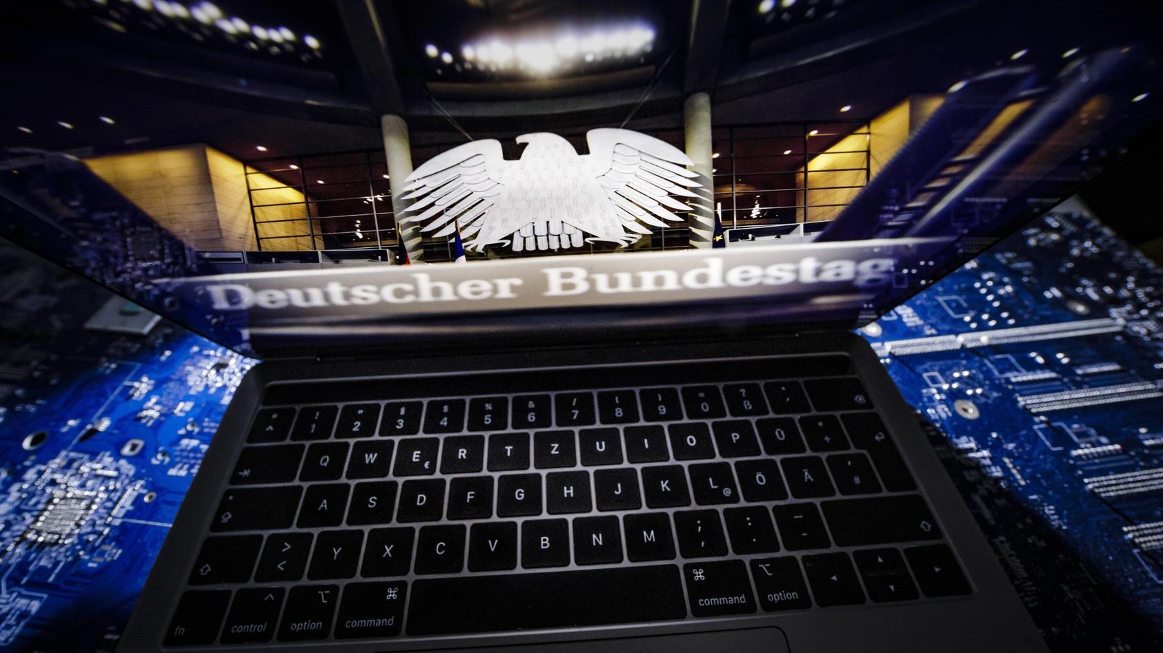 Symbolfoto zum Thema Hackerangriff auf den Bundestag Ein Laptop auf dessen Bildschirm ein Foto a