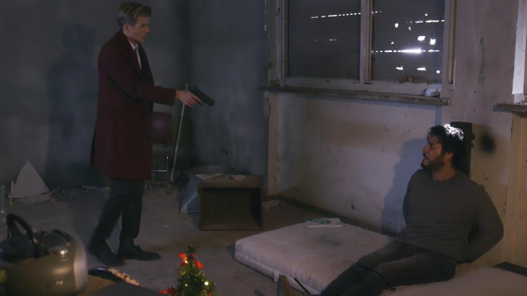 Unter uns: Marc bedroht Jakob mit einer Waffe.