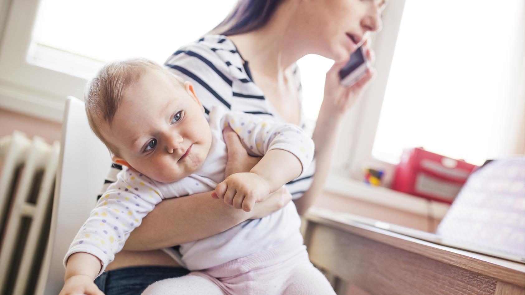 Ist die Mutter in den ersten Lebensjahren gestresst, kann das vor allem bei Mädchen zu Übergewicht führen.