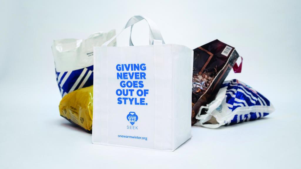 Goodie-Bags für den guten Zweck: Aussteller der Mercedes Benz Fashion Week und Besucher spenden Kleidung für Obdachlose.
