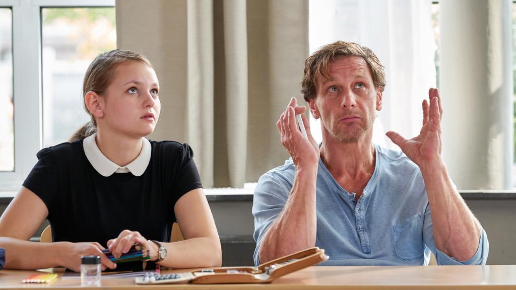 Vollmer (Hendrik Duryn) versucht Luna (Greta Bohacek) zu erklären, wie das Universum funktioniert.