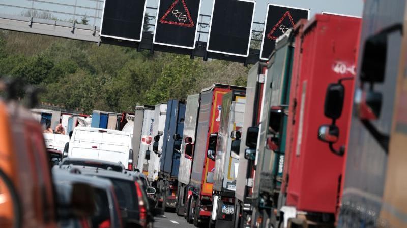 Stau auf der Autobahn 2. Foto: Peter Steffen/Archiv