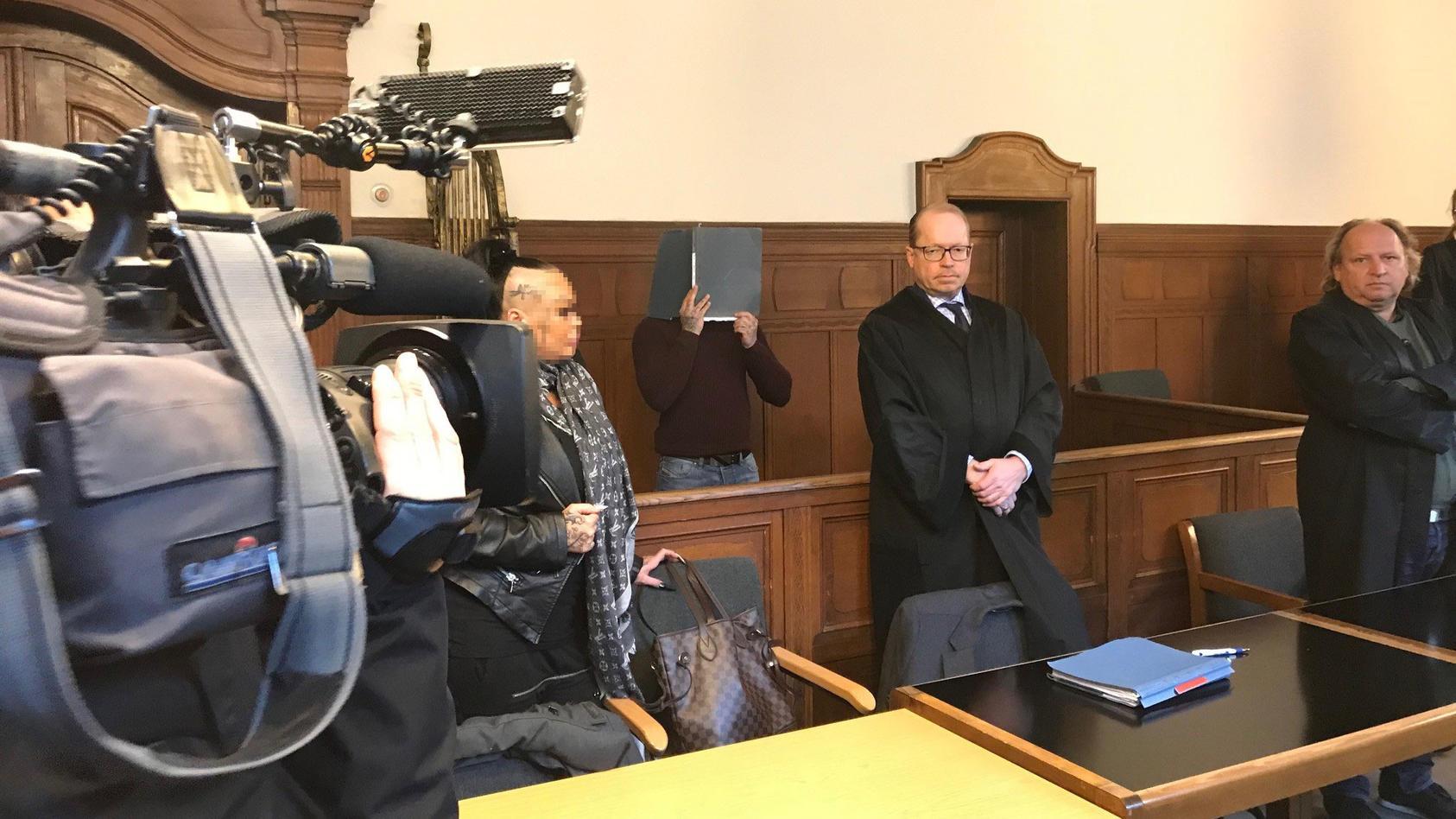 Die Angeklagten vor Prozessbeginn am Landgericht Berlin