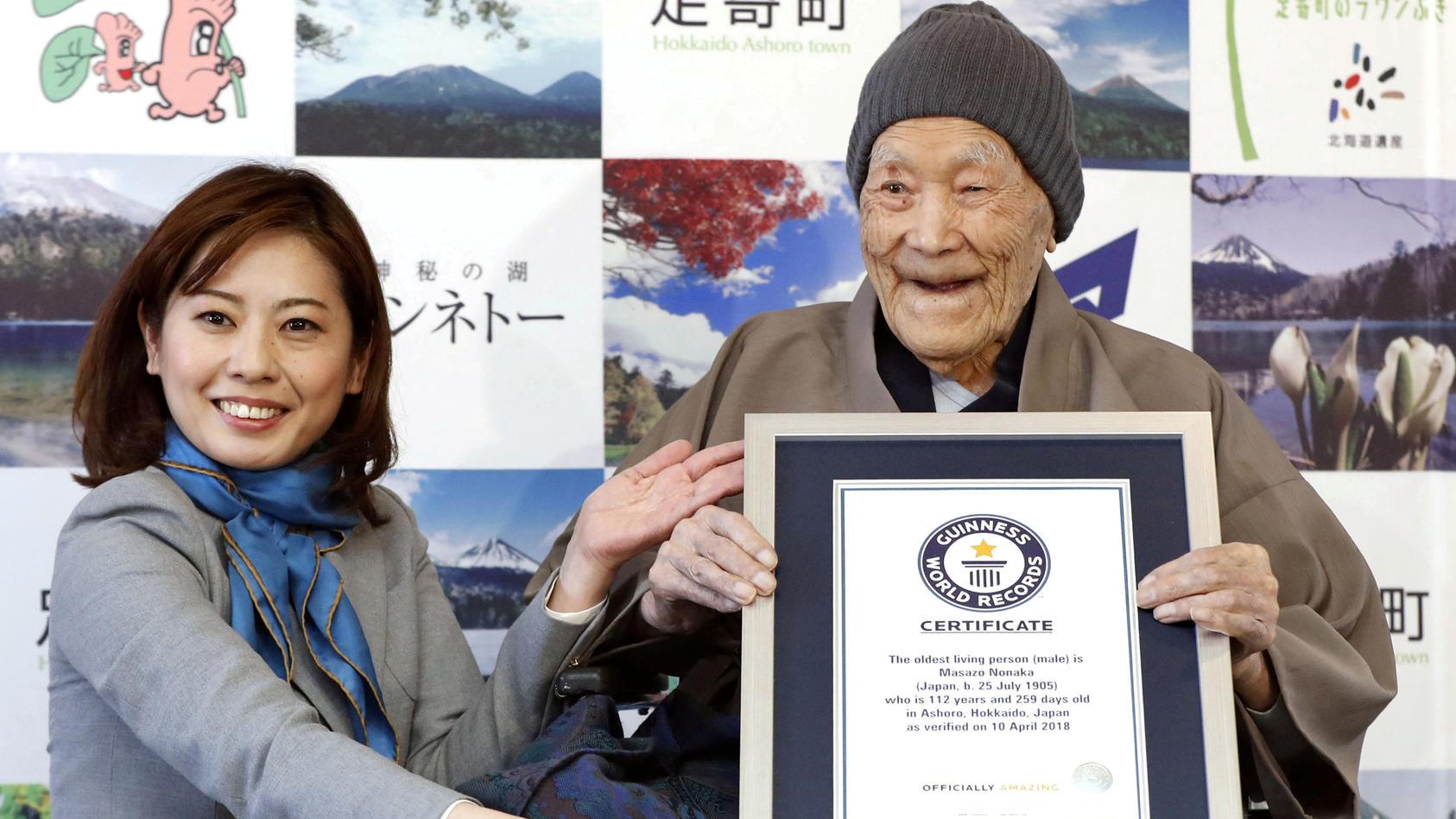 """Im Dezember bekam Masazo Nonaka (rechts) seine Weltrekord-Urkunde von """"Guinness"""""""