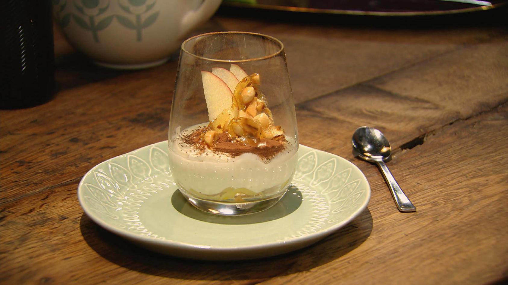 Gut geschichtet, auf nichts verzichtet: Apfel-Tiramisu mit Mandel-Crunch