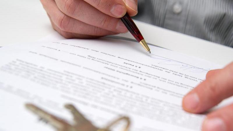 Trotz zu hoher Miete einfach unterschreiben und hinterher eine Senkung durchsetzen? Experten raten davon ab, dieses Mittel bei der Wohnungssuche fest einzuplanen. Foto: Andrea Warnecke