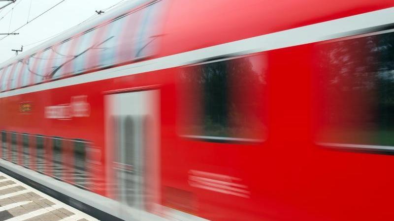 Ein Regionalexpress der Deutschen Bahn fährt in Jacobsdorf im Landkreis Oder-Spree (Brandenburg) vorbei. Foto: Patrick Pleul/Illustration