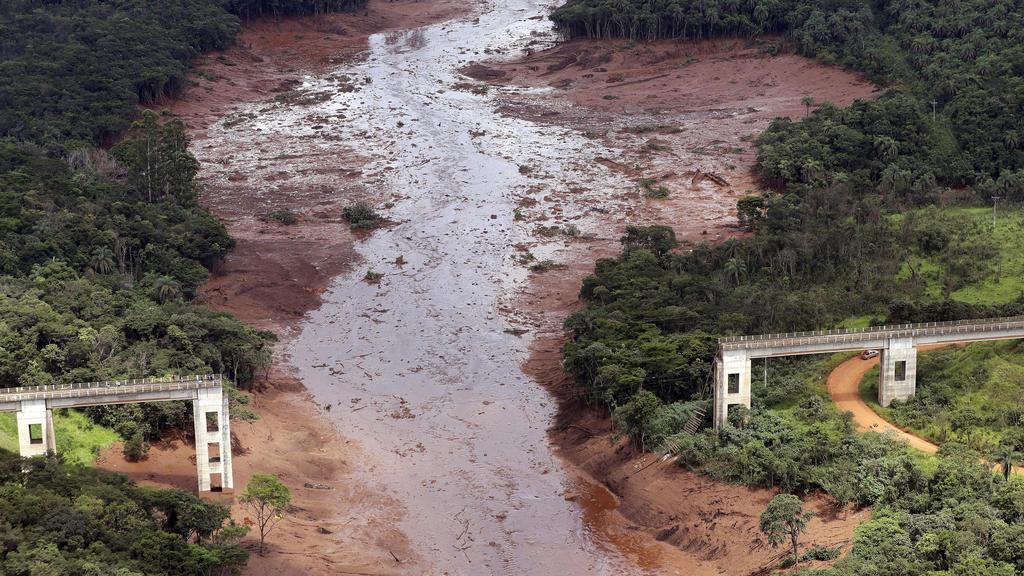 26.01.2019, Brasilien, Brumadinho: Eine Luftaufnahme zeigt eine zerstörte Brücke nach dem Dammbruch an einer Eisenerzmine. Die Einsatzkräfte konnten 46 Menschen aus dem Schlamm retten, aber noch immer rund 300 Menschen werden vermisst. Foto: Andre Pe