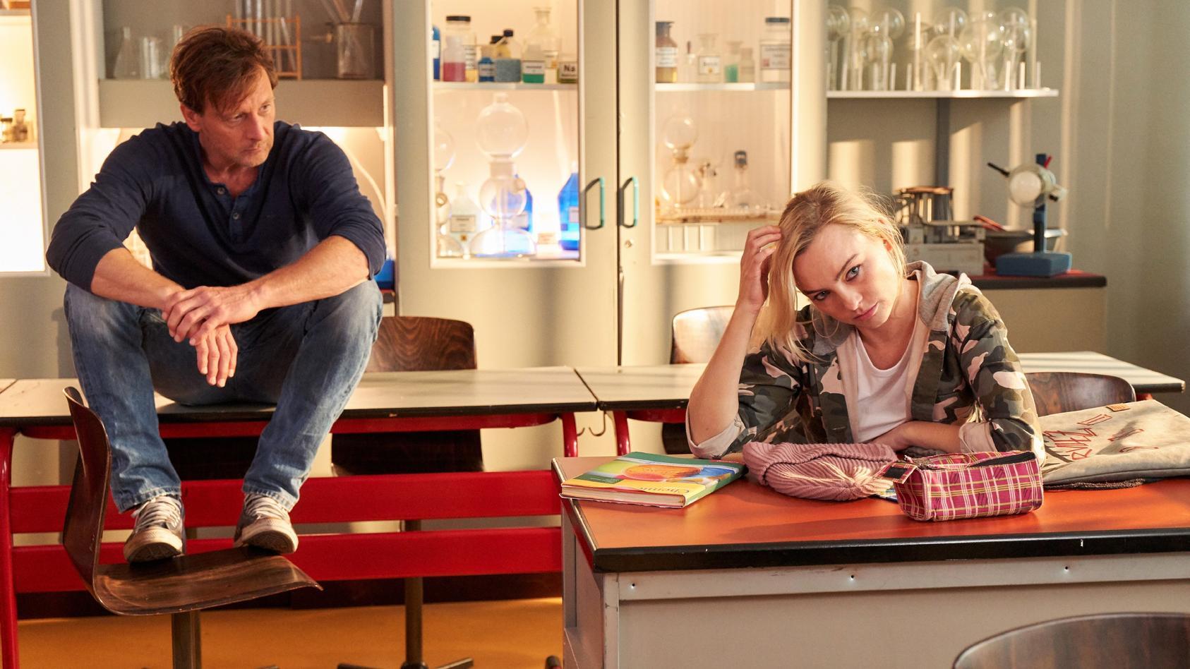 Maxi (Kyra Kahre) tut sich zuerst schwer mit dem Unterricht. Stefan Vollmer (Hendrik Duryn) versucht ihr die Schule wieder etwas näher zu bringen.
