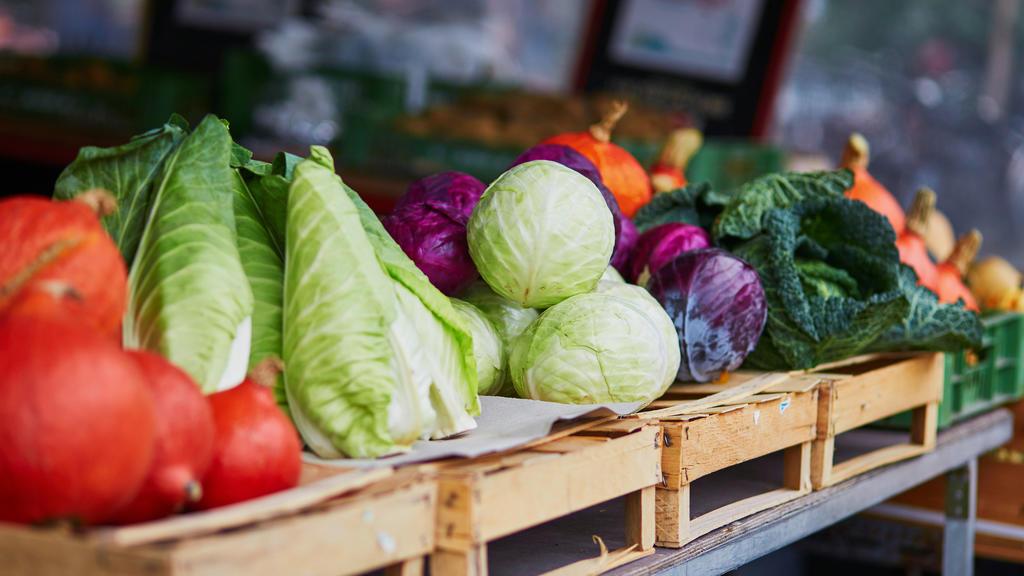 Spitzkohl, Grünkohl und anderes Wintergemüse auf dem Markt