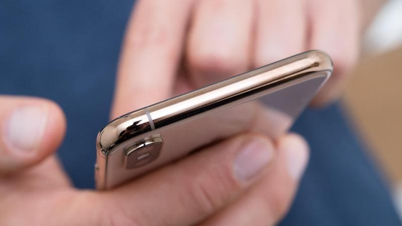 Einmal auf ein Werbebanner im Smartphone-Display getippt, schon hat man sich schlimmstenfalls ein Handyabo eingehandelt. Kunden können dem aber einen Riegel vorschieben. Foto: Andrea Warnecke