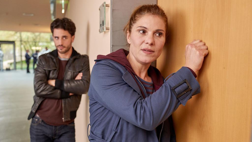 Polizeipsychologin Mina Bäumer (Yasmina Djaballah) und Thomas Waldeck (Jan Kittmann) wollen die traumatisierte Bankangestellte Simone Seidel aus dem Putzraum locken. Mina versucht es erst mal auf die sanfte Tour.