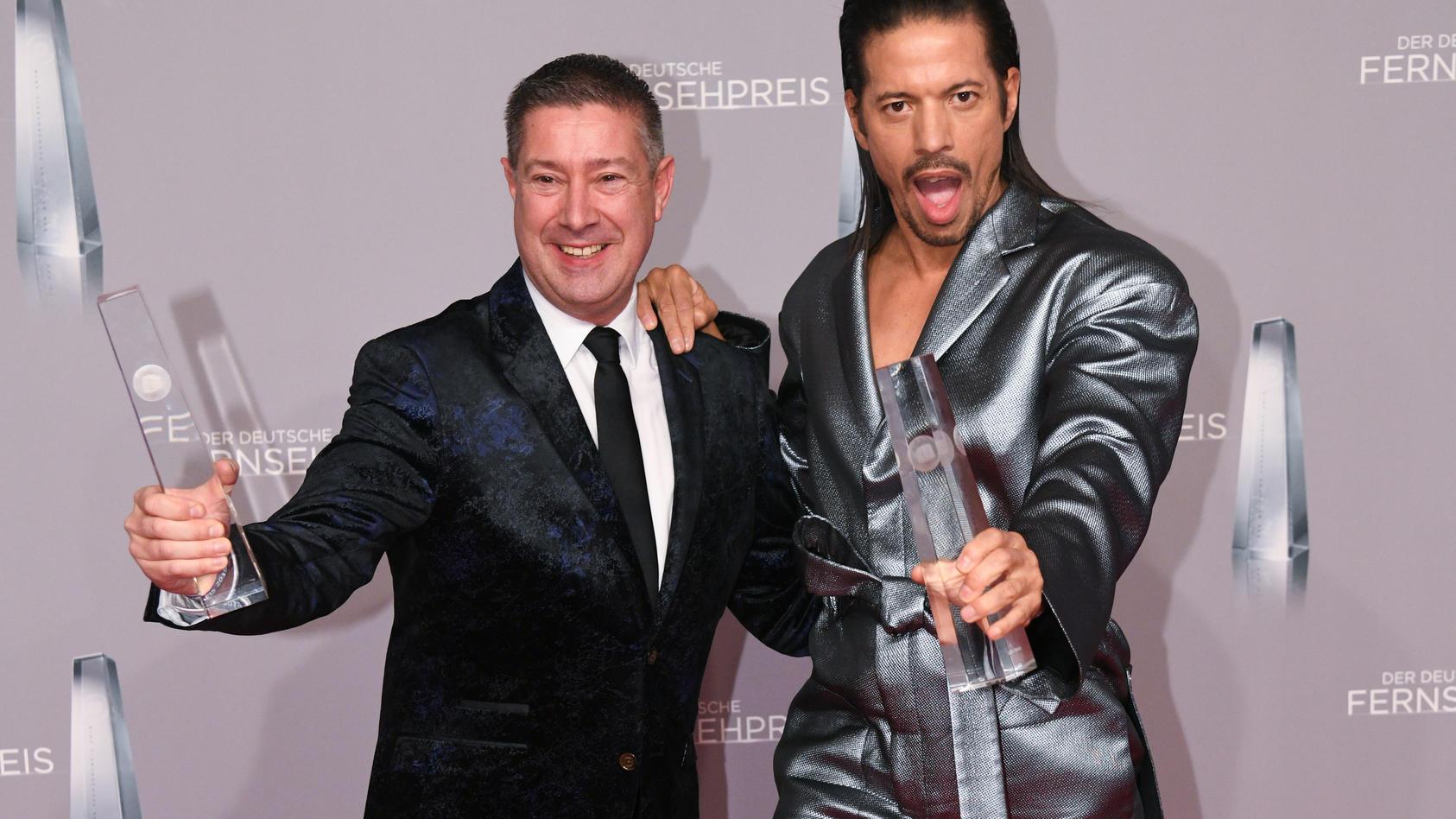"""Volle Punktzahl für """"Let's Dance""""! Joachim Llambi und Jorge Gonzalez freuen über die Auszeichnung in der Kategorie beste Unterhaltung Primetime"""