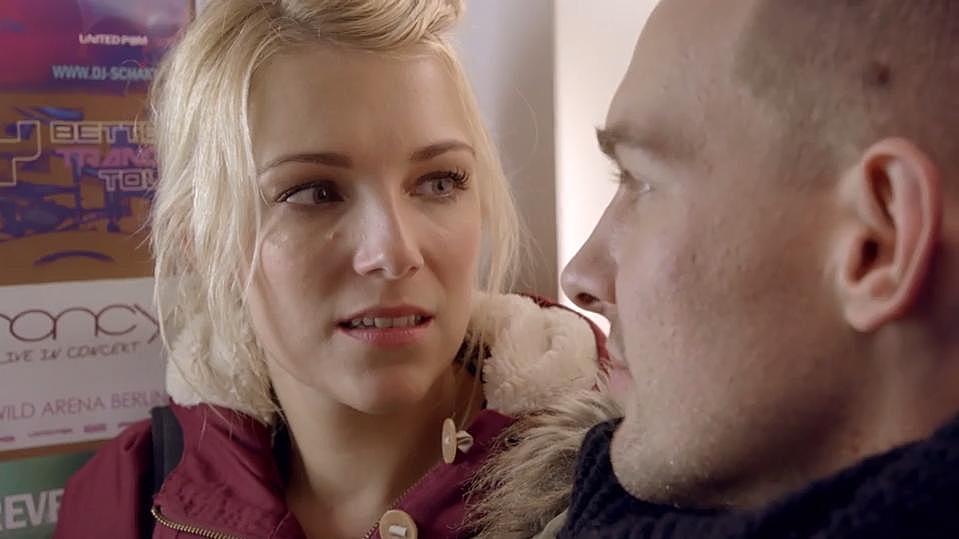 GZSZ: Lilly und Chris werfen sich tiefe Blicke zu.