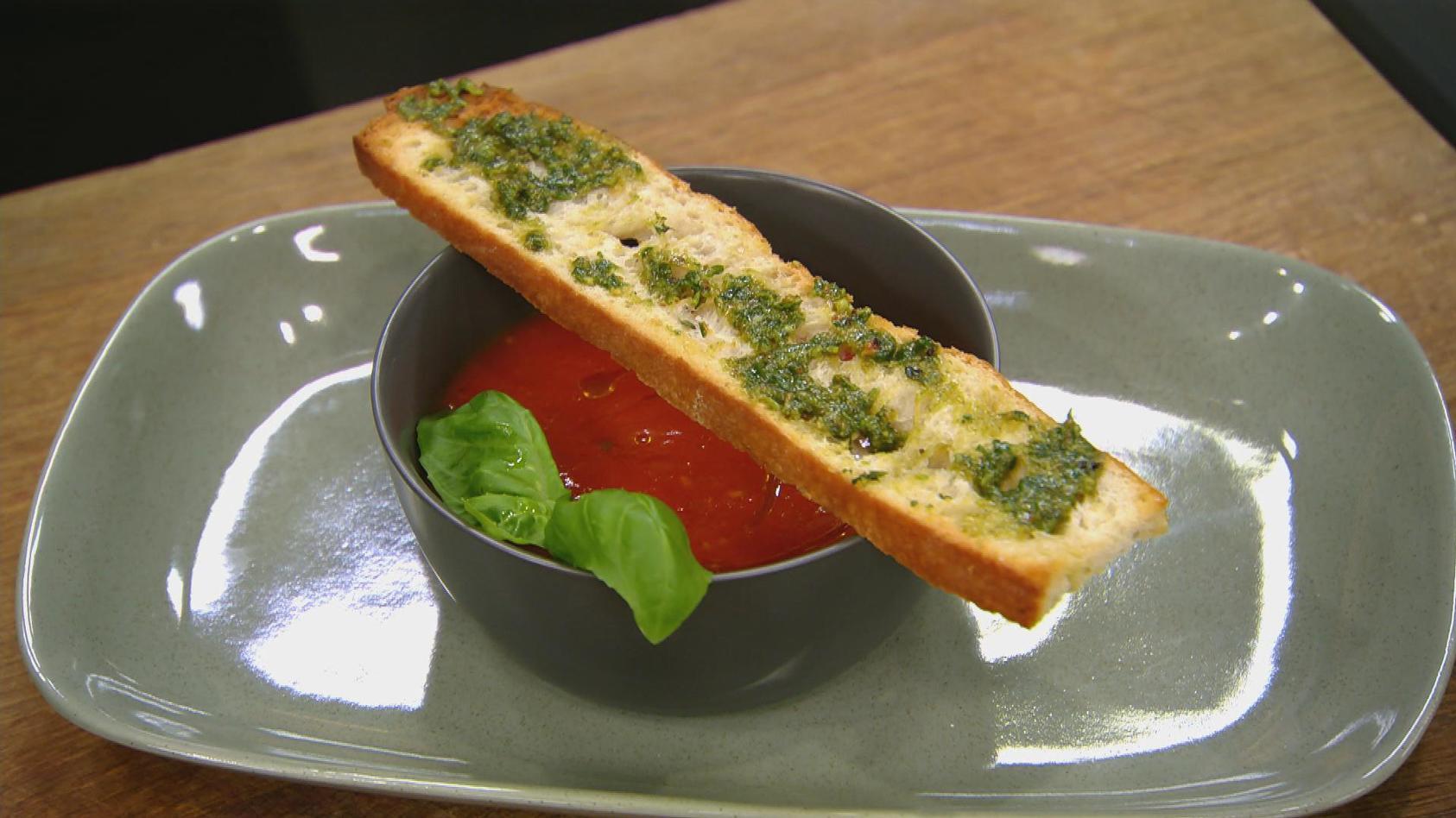Sauer macht hungrig – Rund um die Zitrusfrucht: Tomaten-Orangen-Suppe mit Basilikum-Pesto