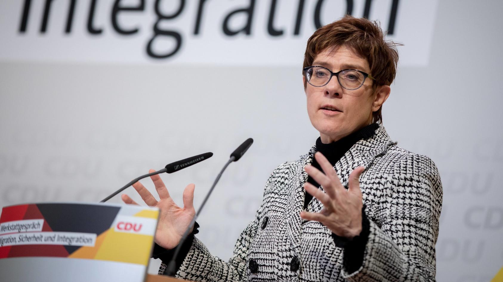 Annegret Kramp-Karrenbauer erklärt, was sich in der Flüchtlingspolitik der CDU verändern soll.