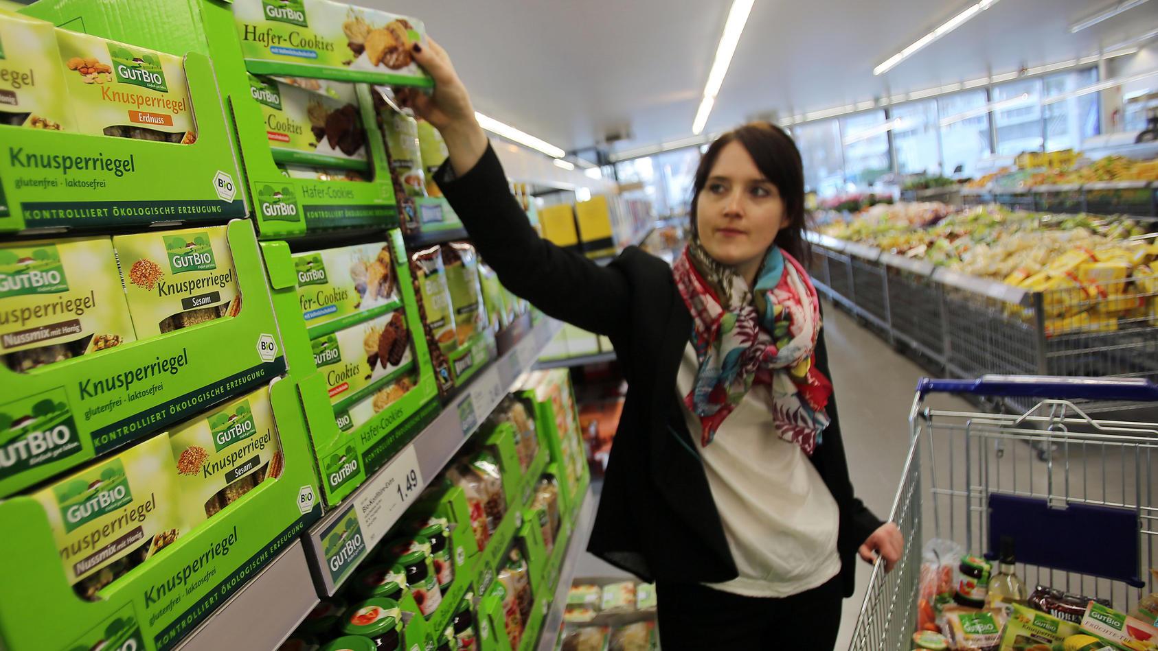 Frauen kaufen eher Bio-Lebensmittel als Männer ein.