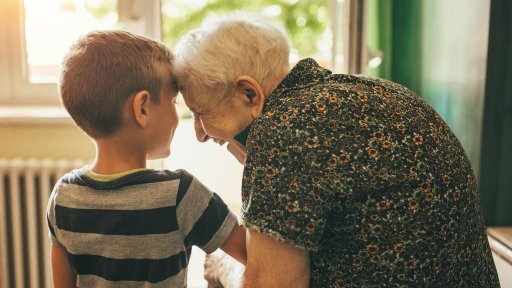Seniorin und kleiner Junge im Altersheim
