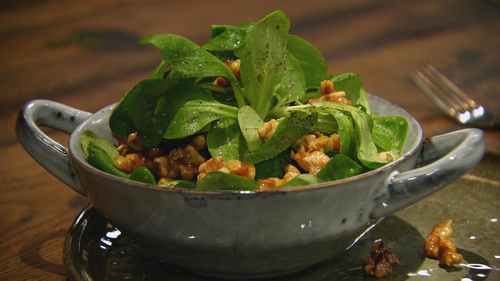 Heimische Kraftpakete – Wundervolle Nüsse: Feldsalat mit Walnuss-Vinaigrette