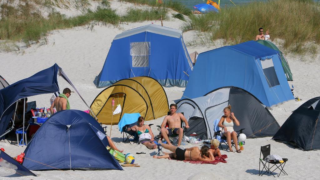 Im Regenbogen Camp Prerow (Kreis Nordvorpommern) auf der Ostseehalbinsel Fischland-Darß-Zingst haben sich Urlauber am Donnerstag (20.08.2009) in den Dünen niedergelassen. Das Camp erstreckt sich über zweieinhalb Kilometer. Das Besondere an der Anlage